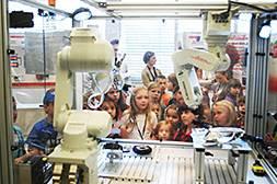 """Poland – Tổ chức cho các thế hệ kỹ sư """"trẻ tuổi"""" tham quan phòng trưng bày Mitsubishi và tham gia cuộc thi thiết kế Eco Robot tương lai của Mitsubishi Electric (Science and Technology)"""